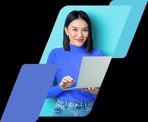Mulher sorrindo, segurando um computador portátil e olhando para frente
